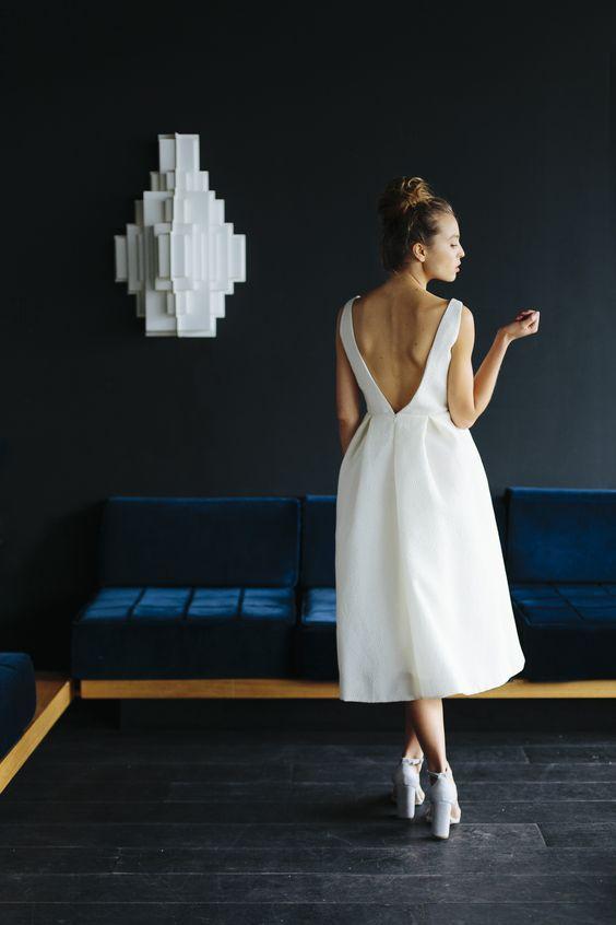 sırtı v yaka beyaz elbise