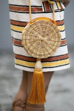 püsküllü yuvarlak hasır çanta