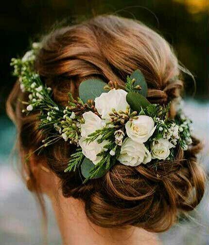 çiçekli topuz saç modeli