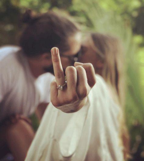 evlilik yüzüğü gösterme pozu