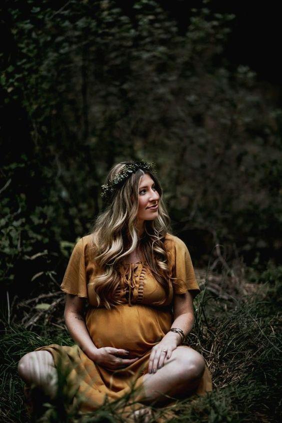ormanlık alanda hamile fotoğrafı