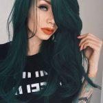 beyaz tene koyu yeşil saç