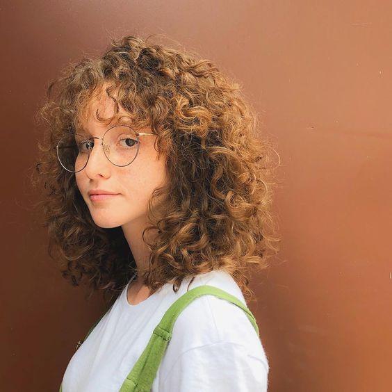 Kıvırcık saçlı kadınlar için günlük saç modelleri