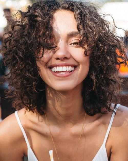 kıvırcık kısa saç bakımı modelleri