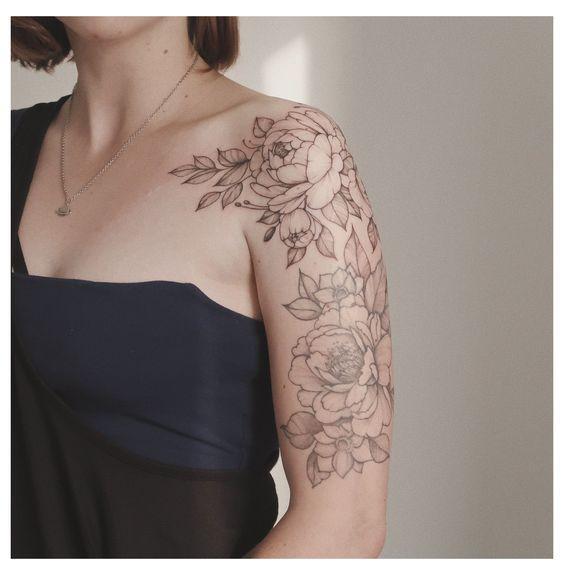 omuzda çiçek dövme